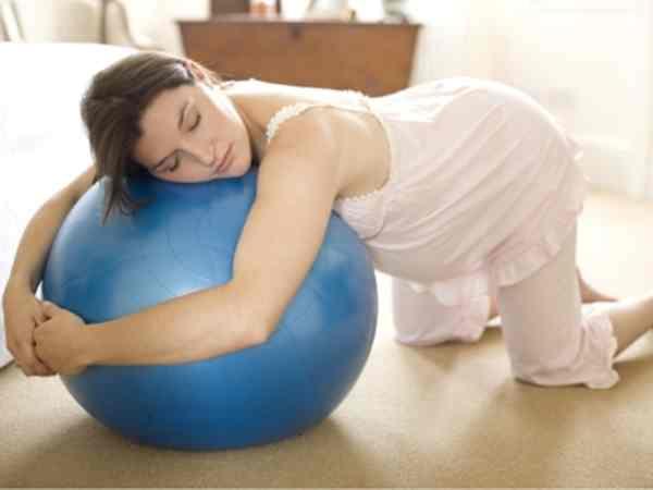 беременная опирается на фитбол