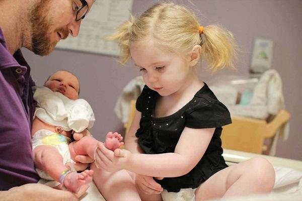 ребёнок знакомиться с малышом