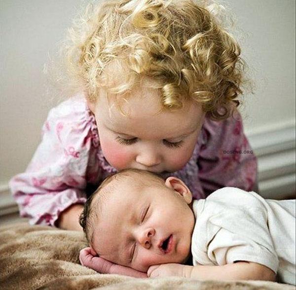 старший ребёнок любит младшего