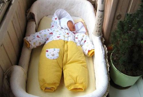 Прогулка с новорожденным на балконе