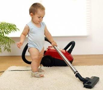 Развитие ребенка в 1 год и 4 месяца - малыш пылесосит