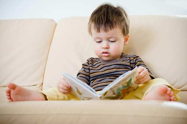 Дети в 1 год и 9 месяцев интересуются книжками