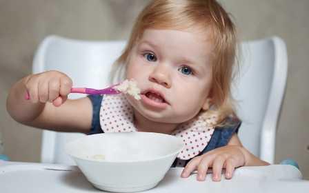 Позвольте ребенку в 1год и 3 месяца есть самостоятельно