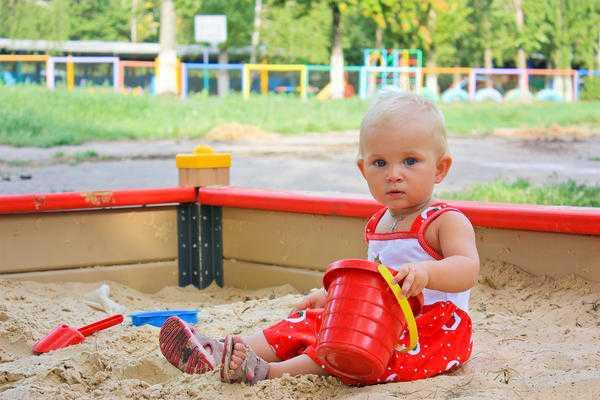 Развитие ребенка в 1 год и 8 месяцев - песочница