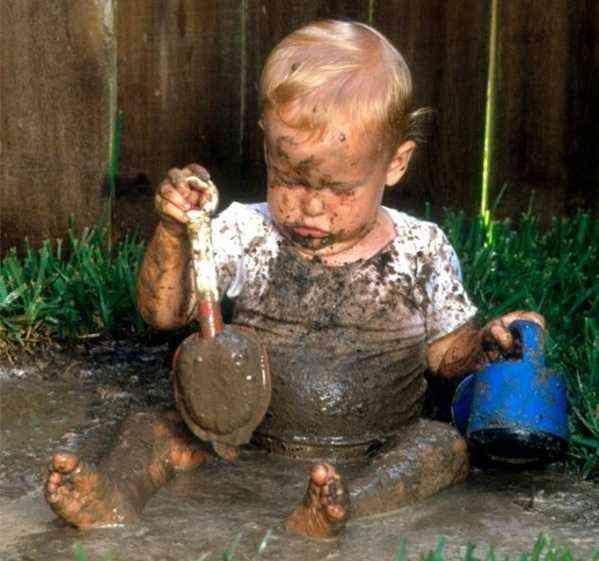 Ребенок возвращается со двора грязным