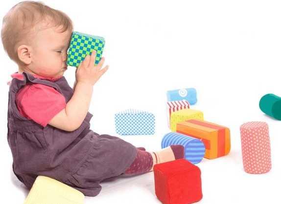 Ребенок в 1 год играет с кубиками