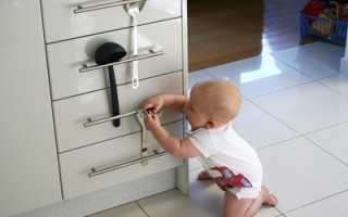 Ребенок в 13 месяцев открывает все ящики