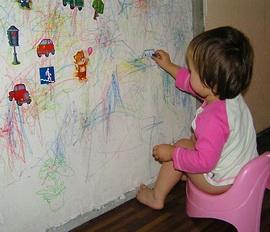 маленькие дети рисуют на стенах дома