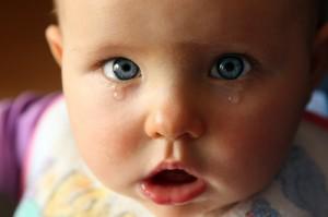 на 2 месяце жизни ребенка появляются первые слезы