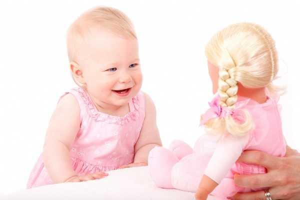 развитие ребенка в 8 месяцев - игра в куклы