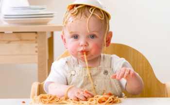 ребенок в 1 год и 1 месяц ест сам