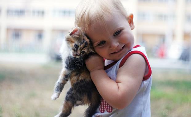 ребенок в 1 год и 3 месяца и котенок