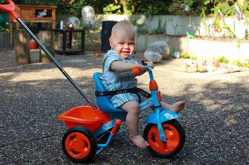 трехколесный велосипед в 1 год и 9 месяцев