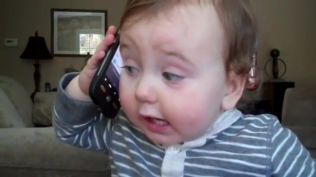 1 год и 10 месяцев - ребенк разговаривает по телефону