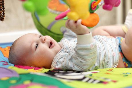 3 месяца ребенку играет в кроватке
