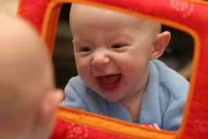 5 месячный малыш с зеркальцем